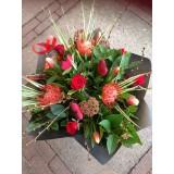 Romantisch boeket rood/oranje met hartjes vanaf  €20,00